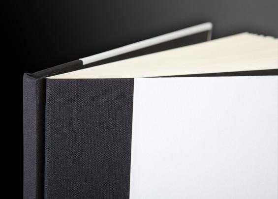 ספר בכריכה קשה, שילוב של בד בשדרה ונייר מודפס. (פרט)