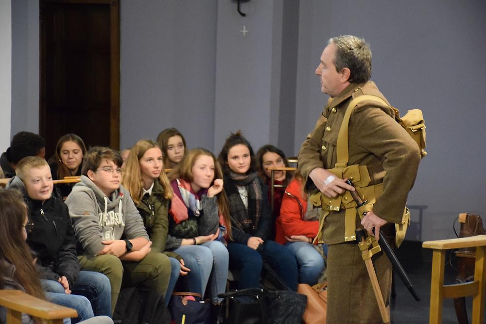 Philippe Byl explique aux élèves l'histoire de la Première Guerre mondiale à partir d'un uniforme.