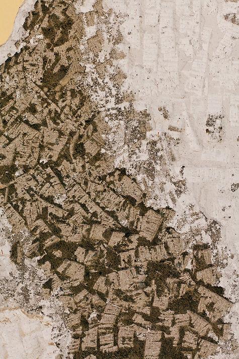 detalle mapa del Perú hecho con comba y martillo sobre una pared de una casa próxima a derrumbarse.