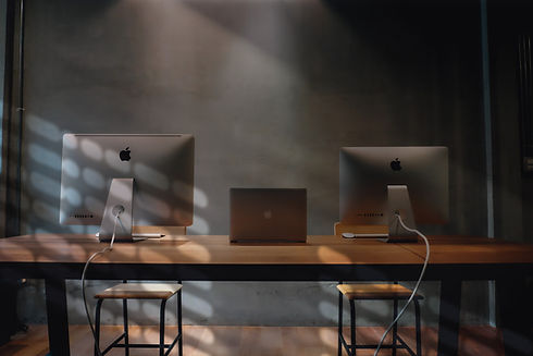 mac dekstop computer on table