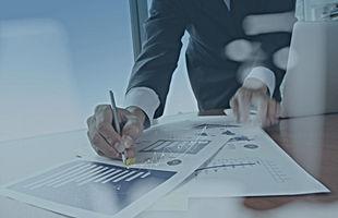 Eine Führungskraft in einem Unternehmen unterzeichnet einen Vertrag für ein Sprachseminar.