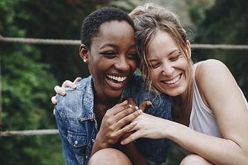 Glada vänner skrattar