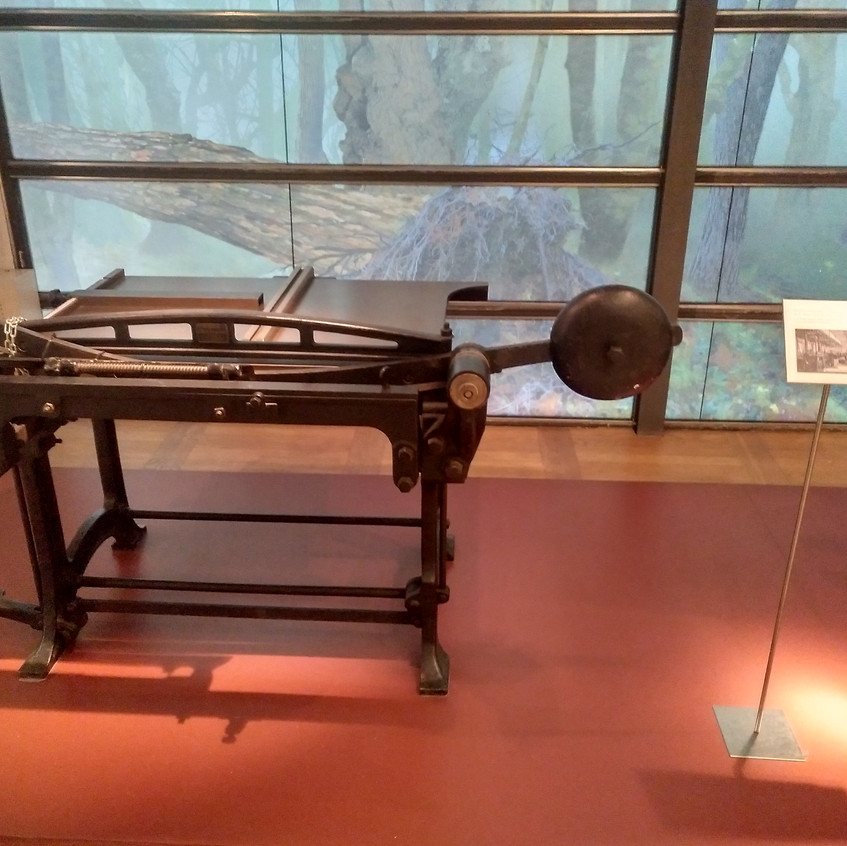 16 Maquinaria antigua de imprenta.