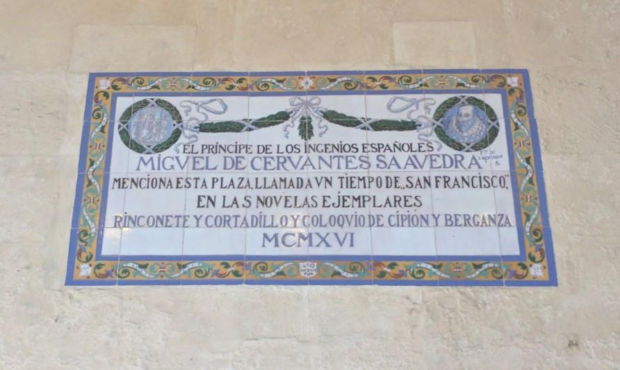Placa conmemorativa de Rinconete y Cortadillo de Cervantes en Sevilla.
