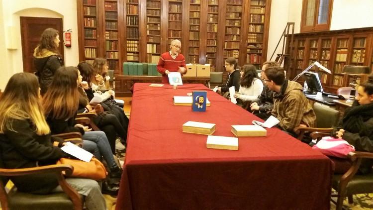 Alumnos del Bachillerato Humanístico-Social del IES Torre Roja de Barcelona en la Sala Cervantina de la Biblioteca de Catalunya.