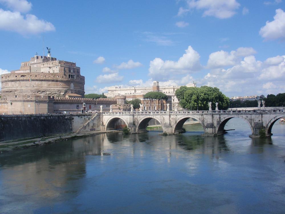 Castillo de Sant'Angelo junto Tiber en Roma. En la cima está el Arcángel San Miguel