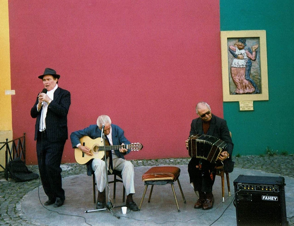 Instrumentos típicos argentinos guitarra y bandoneón para acompañar el tango.