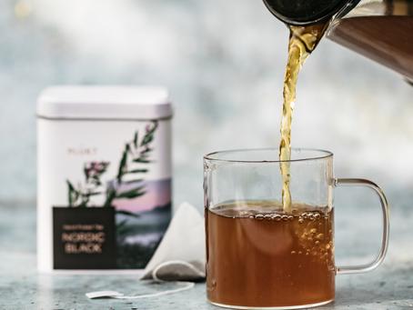 PLŪKT ledus tējas recepte - Nordic Black un apelsīna baudījums