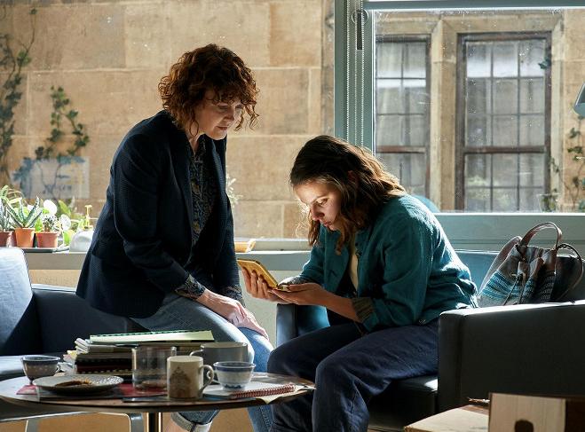 Simone Kirby a Dafne Keen v seriálu His Dark Materials. Zdroj: HBO GO