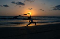 תרגול יוגה בים