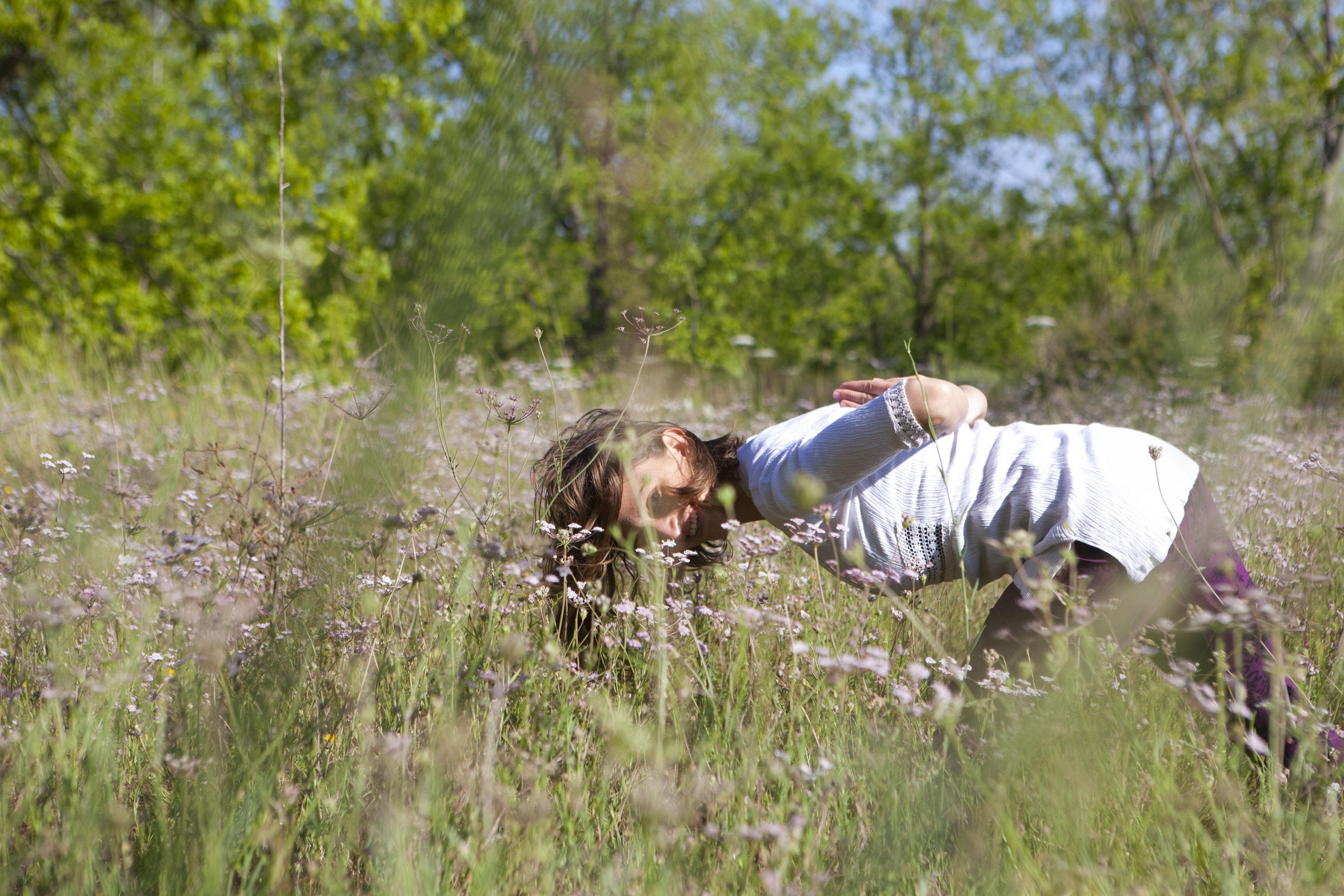 לילך מתרגלת יוגה בטבע