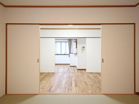 仏間より次の間、リビングを望む。戸は簡単に取り外せるため仏間+広いリビングという使い方が可能になった。