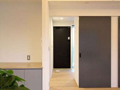 2階リビングより新設した玄関を望む