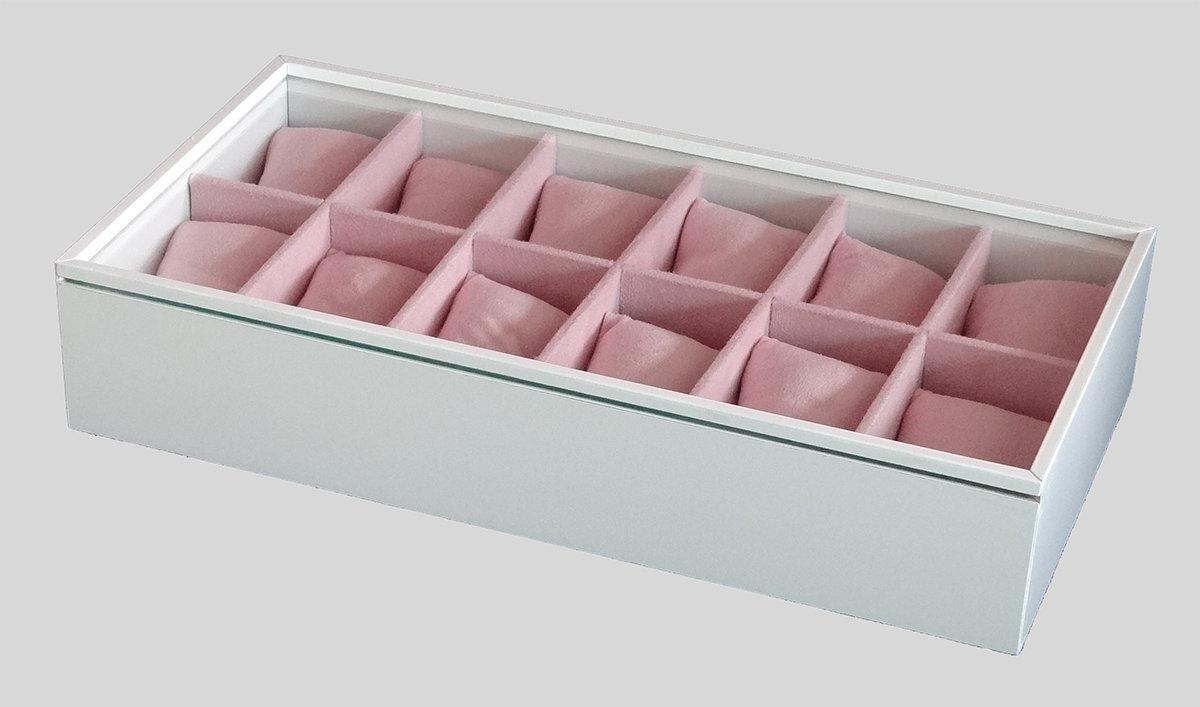 9d562e75e72 Com 12 divisórias para organizar e facilitar decisão do relógio que vai  usar. Estrutura em MDF laqueado, acabamento interno em tecido aveludado na  cor rosa ...