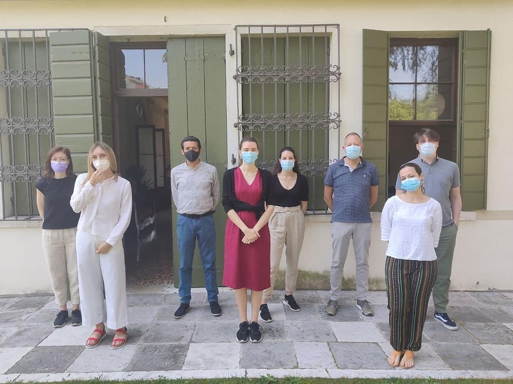 persone in piedi con mascherina a distanza di sicurezza, di fronte ad una villa veneta.