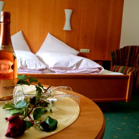 Zimmer mit Sektflasche