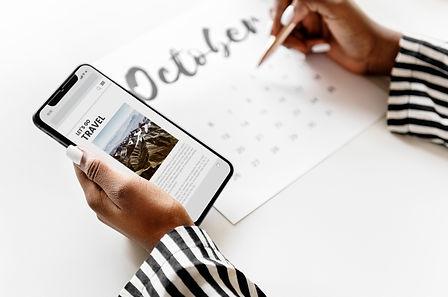 woman-scheduling-on-a-calendar-DN64WMX_e