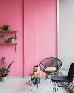 beeld website roze muur met koffietafel