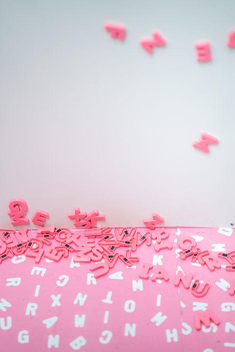 beeld website roze letters die naar bene