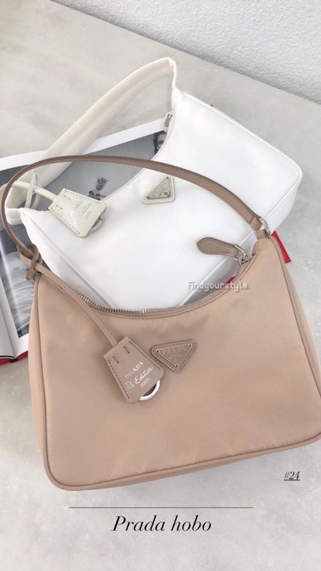 輕盈的包身是出門的最佳選擇🙌🏻🙌🏻Prada hobo bag 多層次設計 是每日變換穿搭的好幫手😍