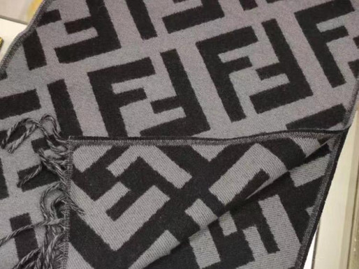 Fendi圍巾冬天總是搶破頭聰明的妳們要趁現在入手💕喜歡請截圖詢問🎁