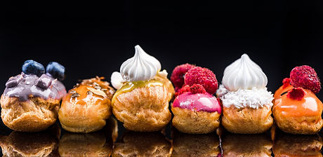 French%20Artisan%20Eclair%20on%20Black%20Reflective%20Background%2CCopy%20Space.%20Patisserie%20Bake