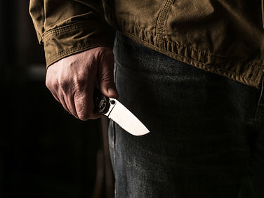 man-holding-a-knife-in-a-threatening-stance-47VS6DJ.jpg