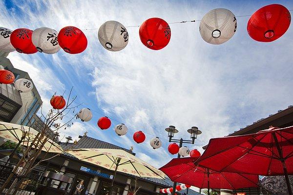 Little_Tokyo_-_Lanterns_in_Plaza.jpg