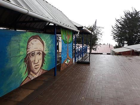 Patio de la escuela con mural.jpg