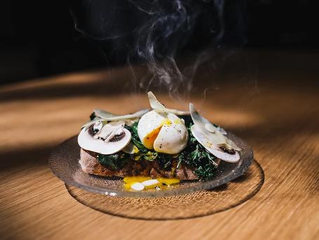 Tartine pois chiches, champignons et blettes aux œufs pochés