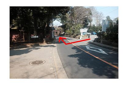 氷川神社駐車場(東側)にお車を駐車されていた場合は、駐車場を出て右折します。