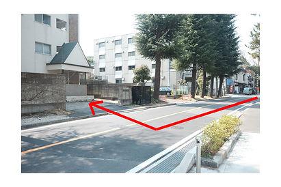 50mほど進み、グリーンパーキングという駐車場の左隣に半田マンションの入口がございますので右折してお進みください。  駐車場はマンション敷地内の左手奥の方に駐車スペースがございます。