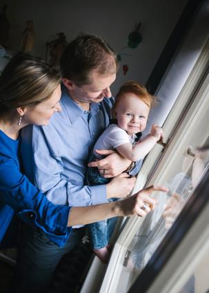 rodinné focení dítěte doma u okna