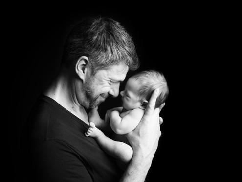 táta s newborn synem fotka na pohlednici