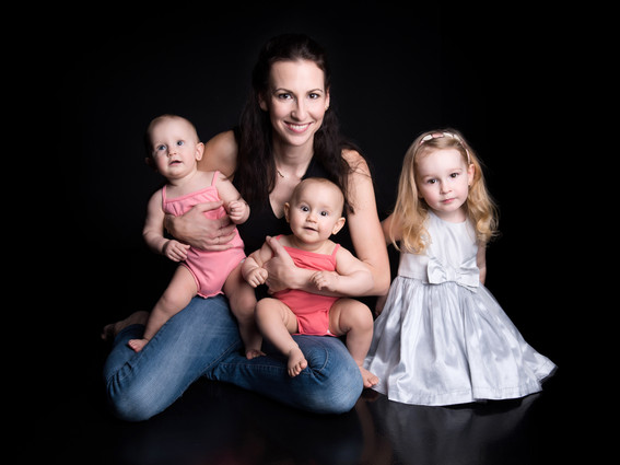 maminka se 3 dětmi na focení v ateliéru MONA photography praha