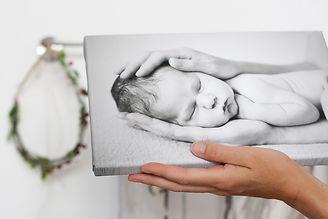 ukázka kvalitního malířského plátna s černobílou fotkou newborn miminka