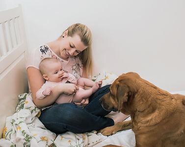 lifestylové domácí focení se psem a miminkem