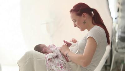 video jak fotit novorozence v ateliéru MONA