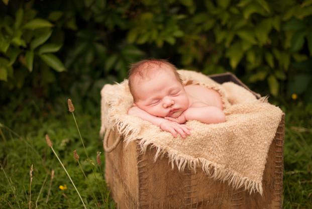 newborn focení venku v létě