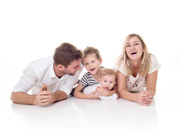 veselá rodiná na focení v ateliéru v praze
