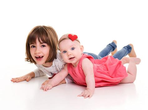 sestričky na společném focení u fotografky dětí v praze