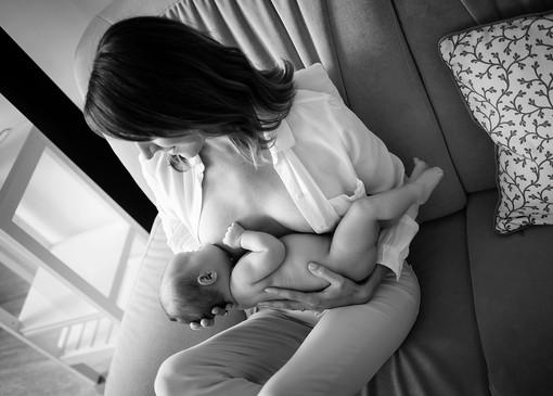 kojící maminka fotka s miminkem doma na sedačce