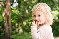 holčička s jahodou