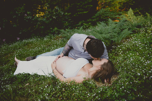 těhotenské focení v přírodě s partnerem