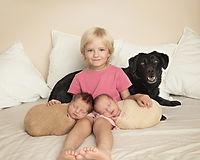 dcera s dvojčátky a pejskem na newborn focení