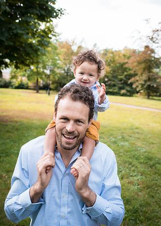 táta se synem na focení v parku v praze