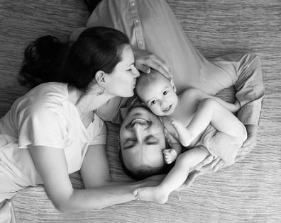 krásná fotka rodičů s miminkem u fotografa