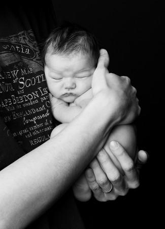 novorozenec u táty v náručí