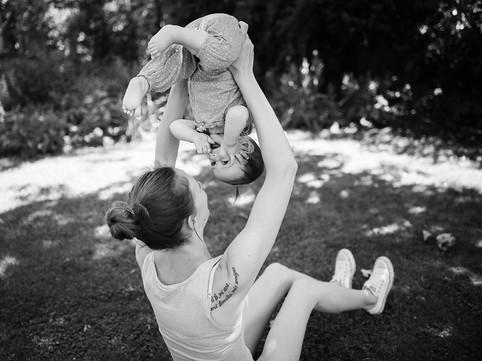 maminka si hraje s dítětem na focení
