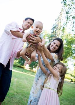 šťastná rodina vyhazuje miminko do vzduchu